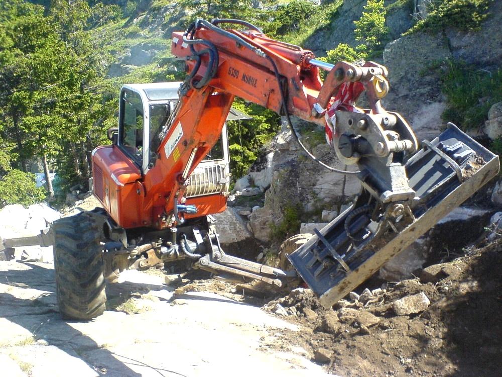 Travaux de terrassement à la pelle araignée à l'Alpe d'Huez