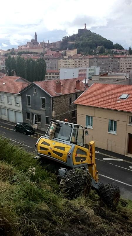 Chantier de terrassement à la pelle araignée au Puy-en-Velay