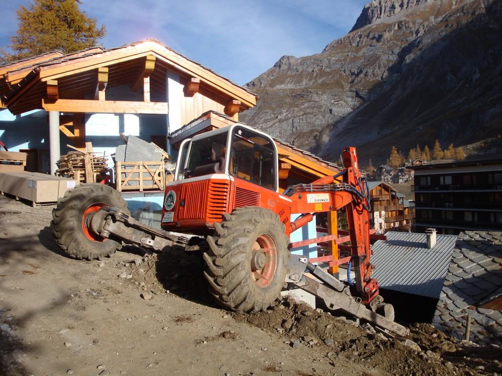 Chantier de terrassement à la pelle araignée à Val d'Isère