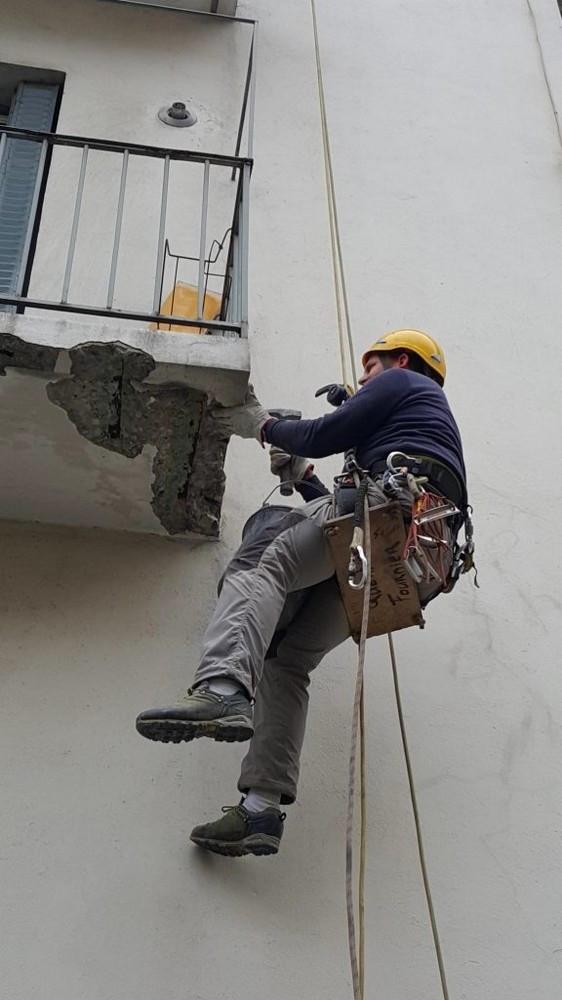 Travaux sur corde pour purge de façade