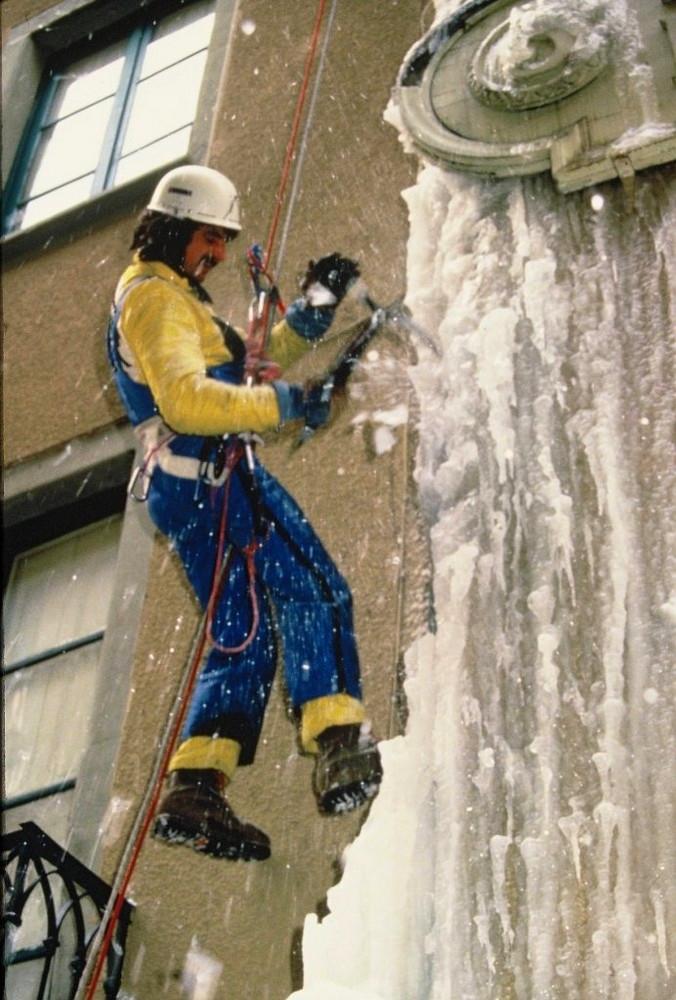 Travaux de purge de glace sur chenaux  (Grenoble hiver 1984)